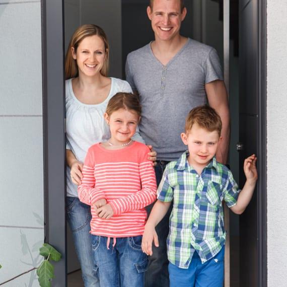 junge Familie, Frau und Mann mit Sohn und Tochter