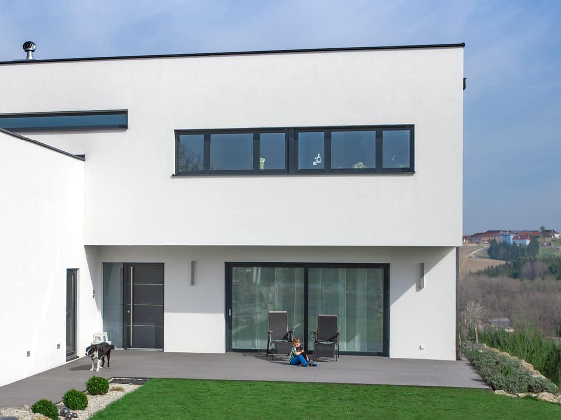 Modernes Haus mit flachem Dach und Garten