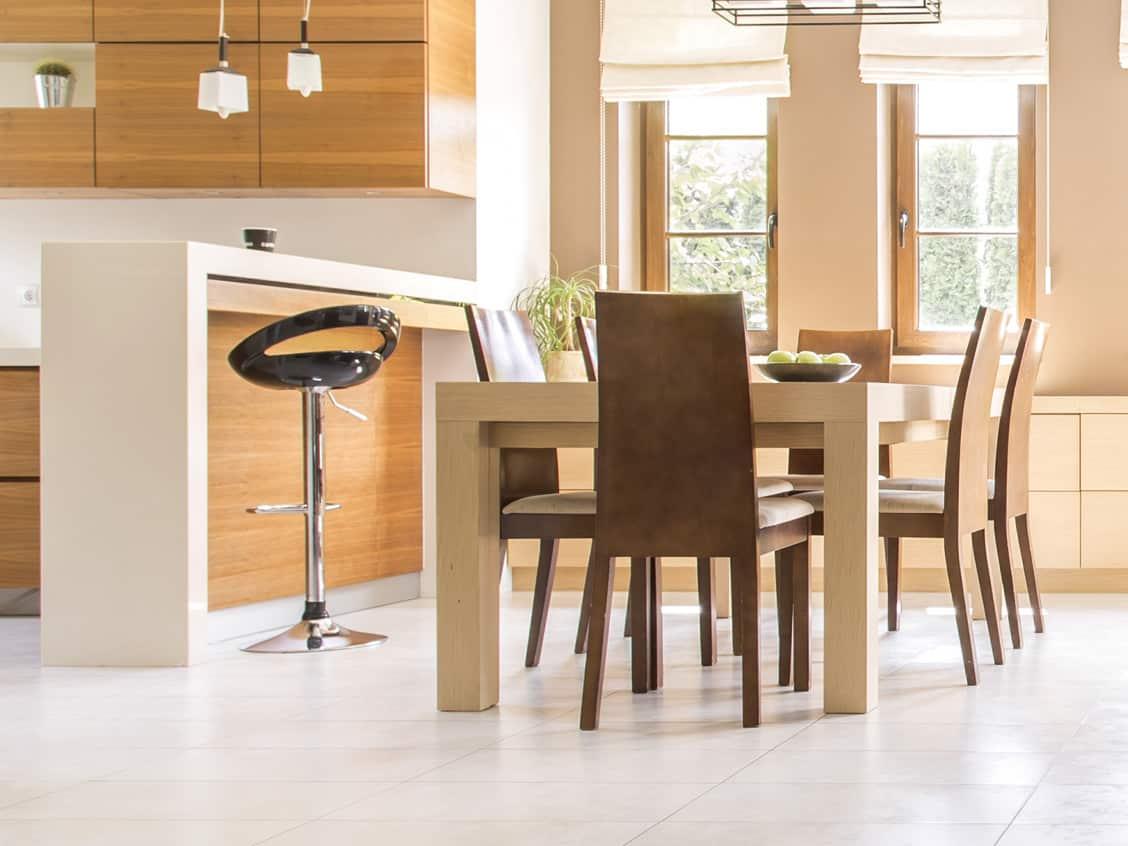 Hellle Küche aus Holz mit einer Anrichte und einem Esstisch