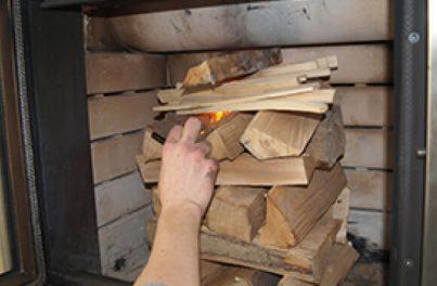 Holzstapel in einem Speicherofen - Richtig einheizen