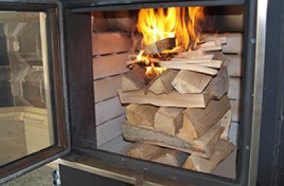 Scheiterhaufen im Kachelofen brennt - Richtig einheizen