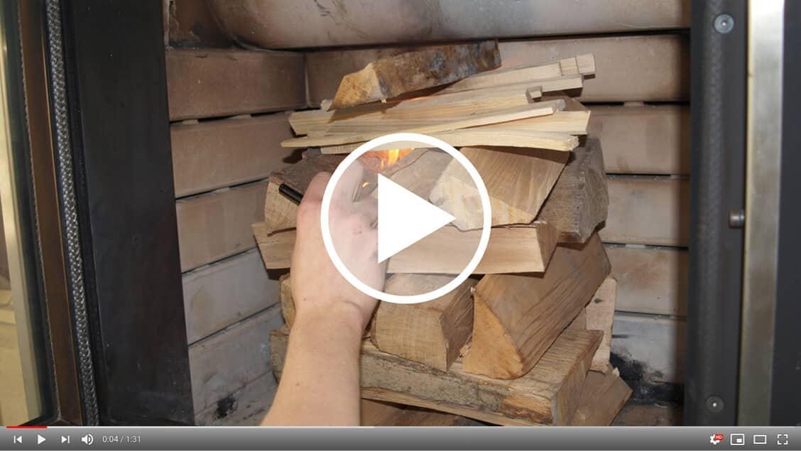 Holzstoß in einem Ofen