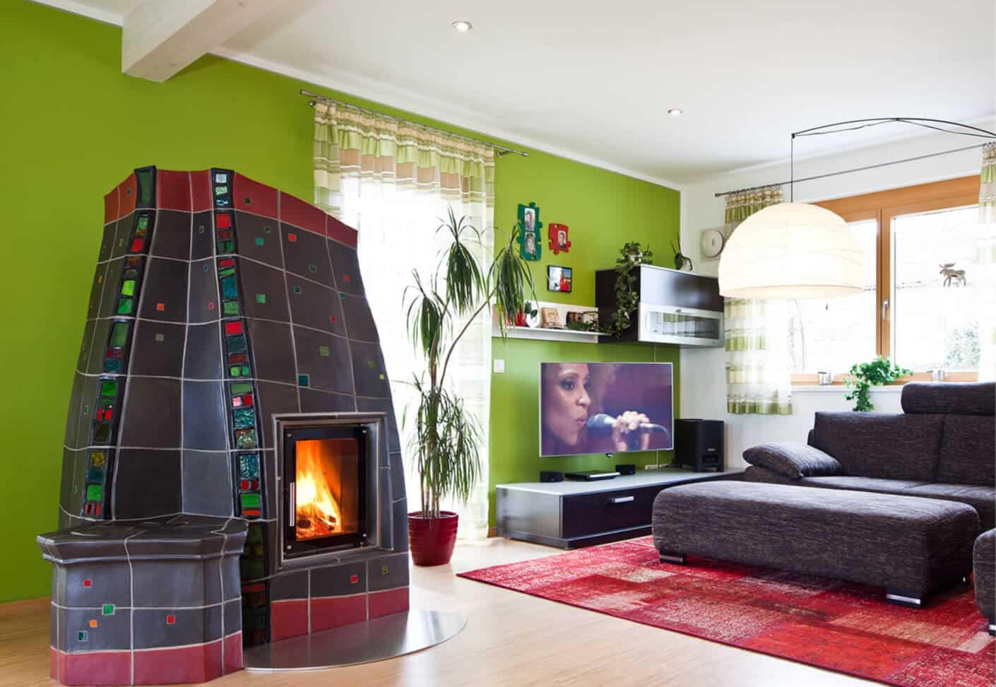 Buntes Wohnzimmer mit Kachelofen