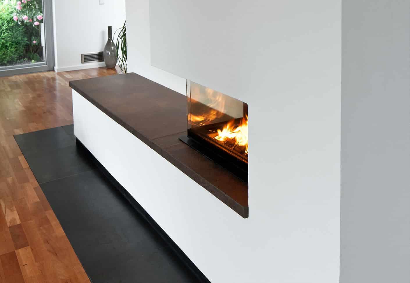 Weißer Ofen mit Dunkler Sitzbank