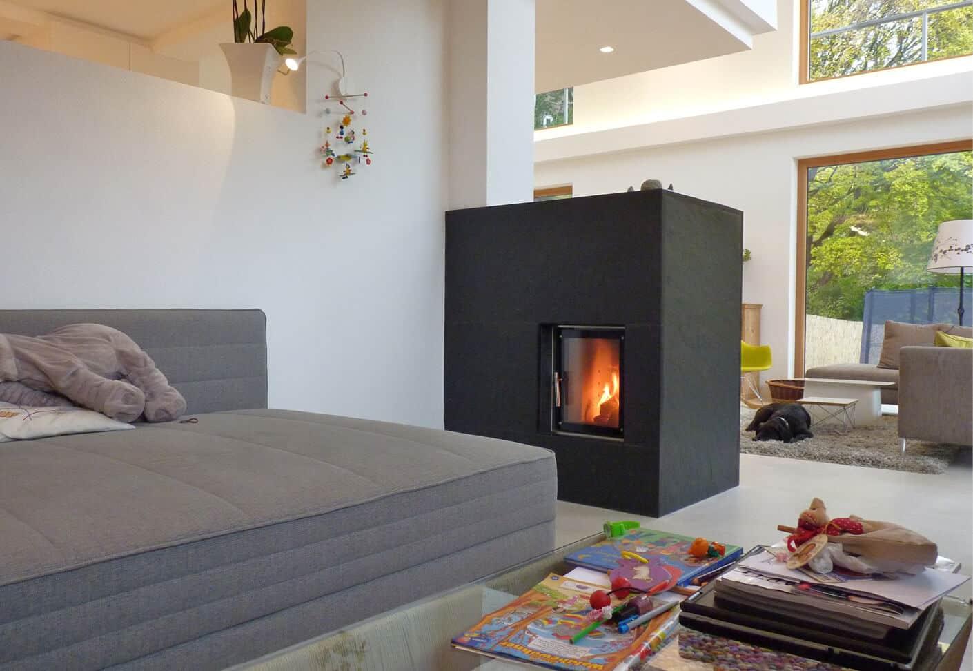 Schwarzer Speichertunnel in einem hellen, offenen Wohnraum