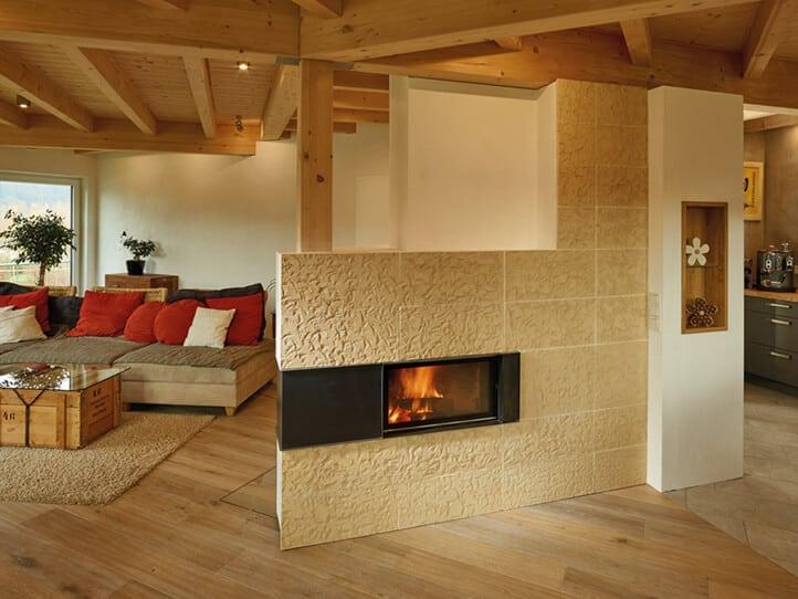 sandfarbener Speicherofen in einem Wohnzimmer