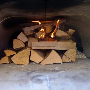Brennendes Holz in einem Holzbackofen