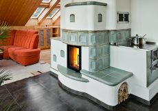 Speicherofen wird mit Keramikelementen verziert mit Sichtfenster