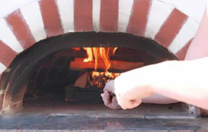 Feuer in einem Holzbackofen