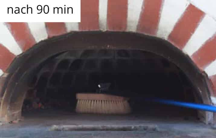 Bürste in einem Holzbackofen