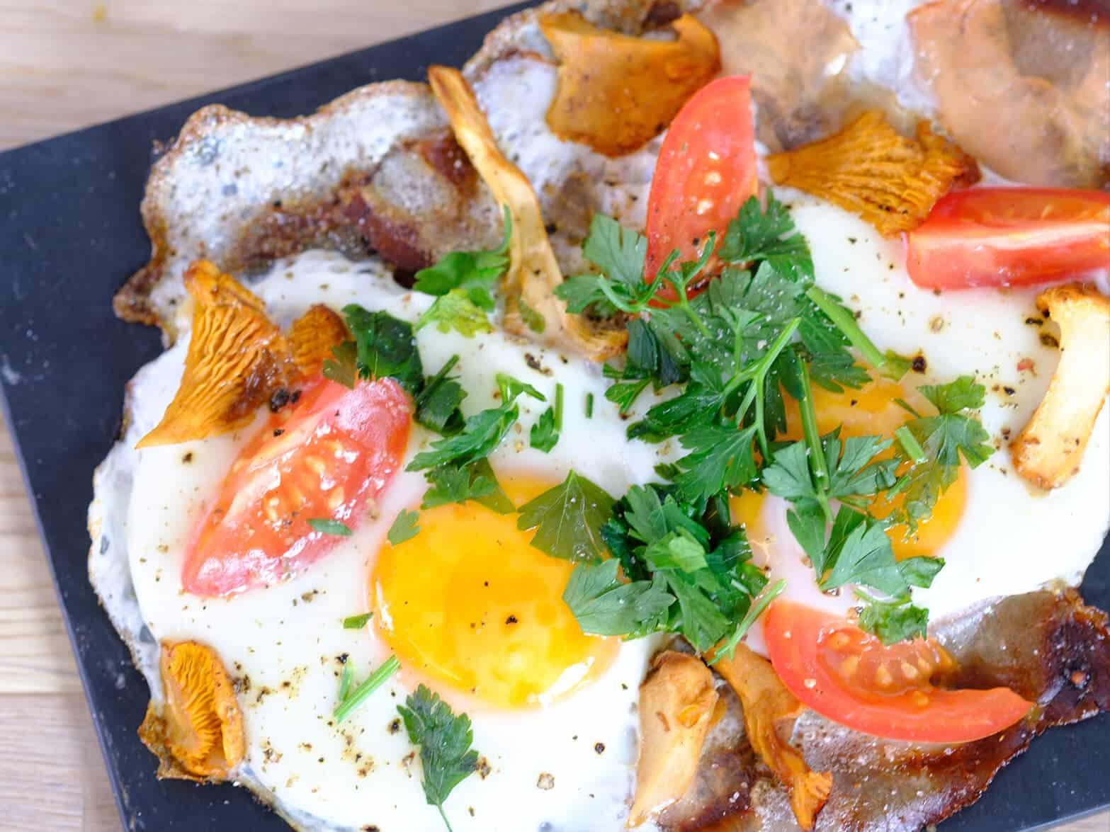 Omlette mit Tomaten und Pilzen, garniert mit Petersilie