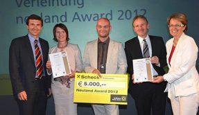 Fünf Personen mit einer Auszeichnung und einem Schek über 3.000 €