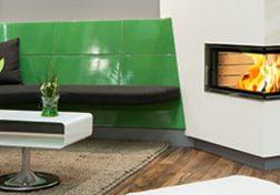 Moderner Speicherofen mit grünen Kacheln und Sitzbank