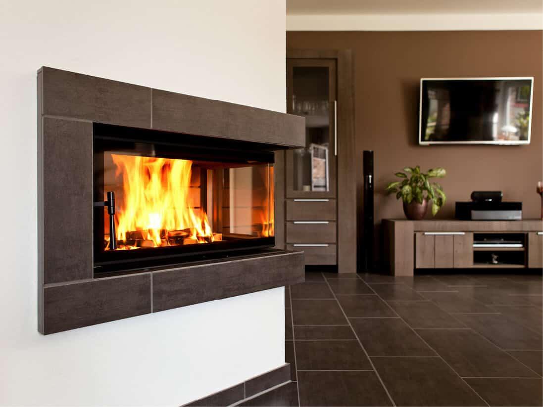 Heller, moderner Wohnraum mit Speicherecke - Speicherofen mit Wärmepumpe