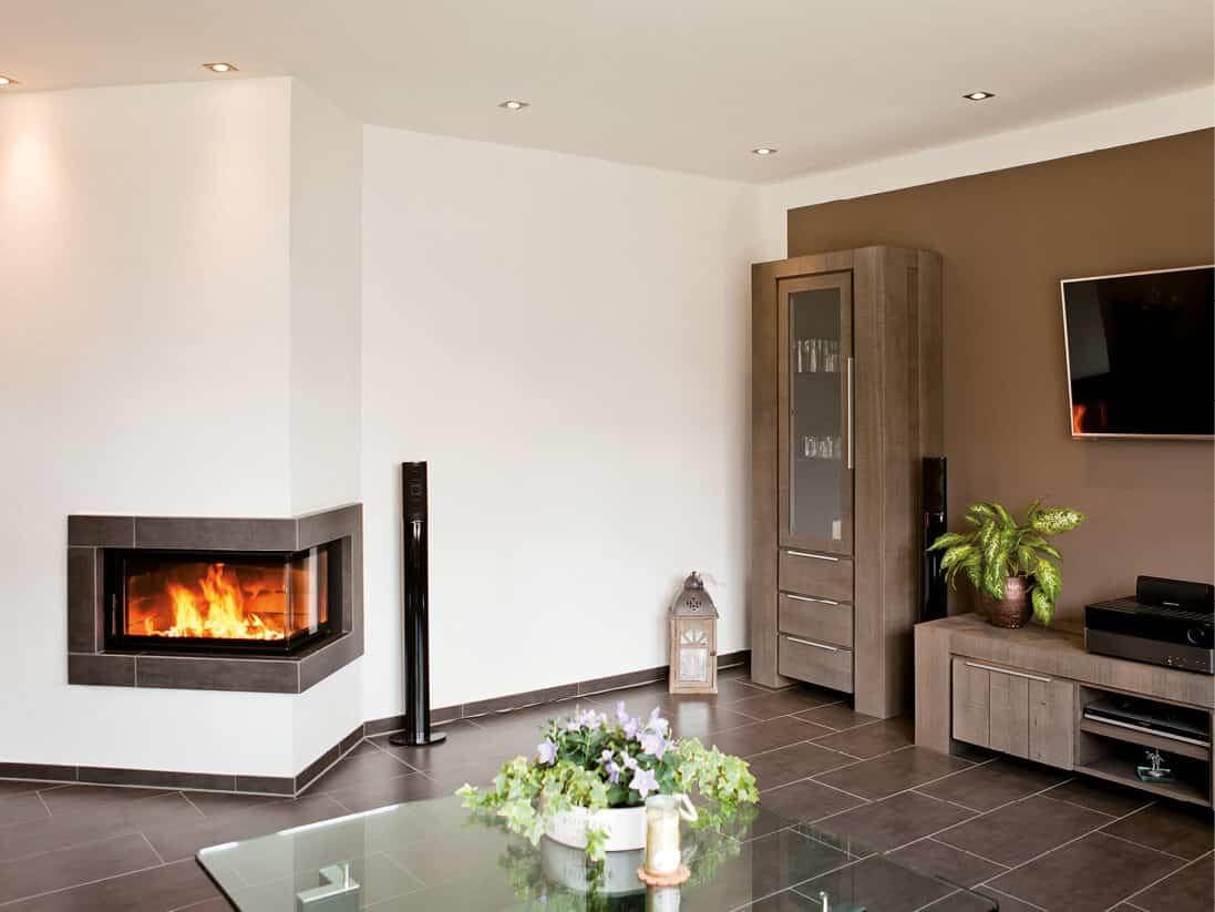 Moderner Wohnraum mit Speicherofen - Speicherofen mit Wärmepumpe