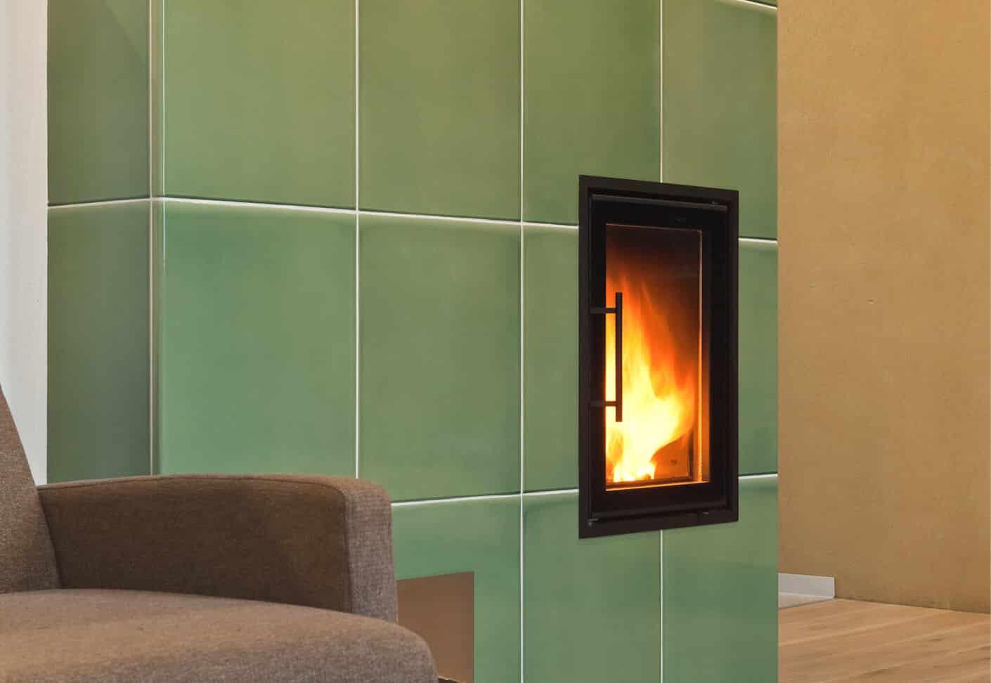 grüner Ofen mit kleinem Fenster