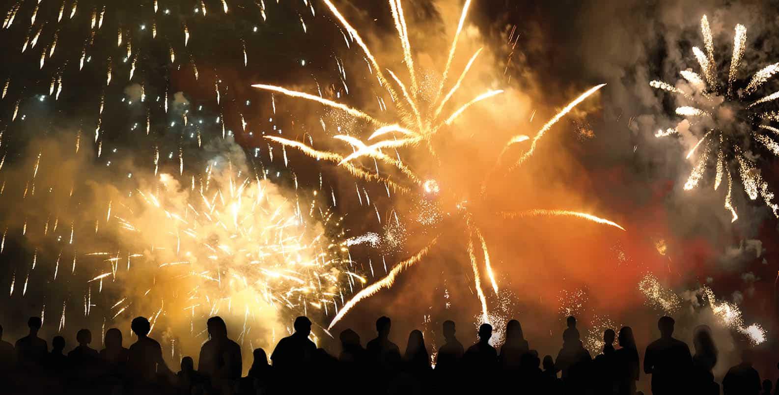 Menschenmenge bei einem Feuerwerk und starker Feinstaubentwicklung