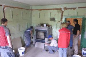 ORTNER Mitarbeiter leiten einen Ofensetzerkurs in Rumänien.